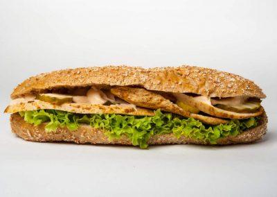 19. Kurczak pieczony, sos majonezowo-keczupowy, ogórek szwedzki